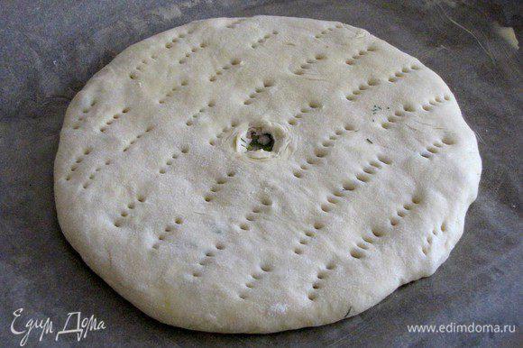 Разровнять, перевернуть и раскатать скалкой до ровного и плоского круга. Пирог перенести на противень, застеленный пекарской бумагой и смазанной маслом. В середине сделать маленькое отверстие для выхода пара. Пирог можно наколоть вилкой, не затрагивая дно.