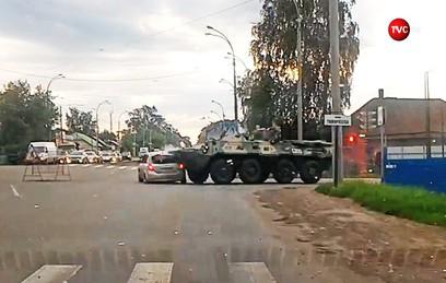 БТР переехал легковушку на перекрестке в Кемерове. Видео