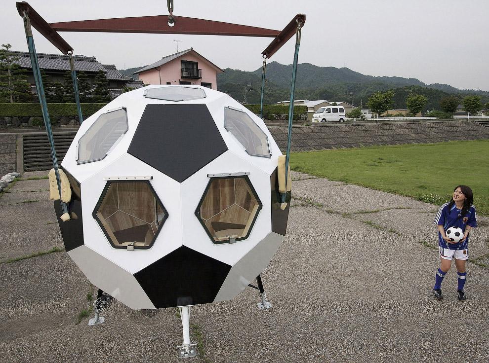 Еще один антикризисный вариант — дом-футбольный мяч