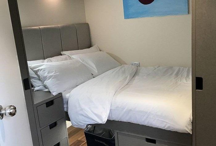Спальня оборудована вместительными системами хранения.