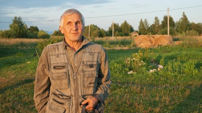 Незрячий пенсионер самостоятельно построил дом для пожилой мамы