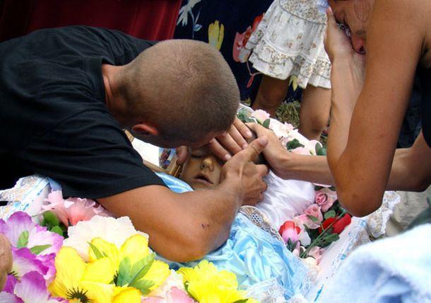 Лежа в гробу, признанный умершим ребенок, вдруг попросил попить…