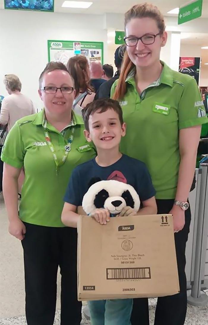 Сотрудники пригласили мальчика и его маму в супермаркет, чтобы вручить им сюрприз (угадайте какой) дети, добро, игрушка, магазин, милота, панда, покупка, ребенок