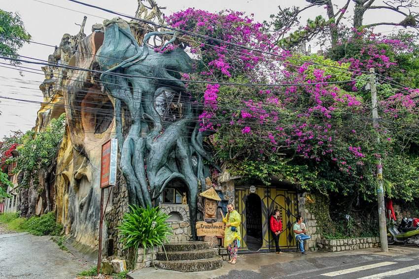 Необычный дом, похожий на сказочную «избушку»
