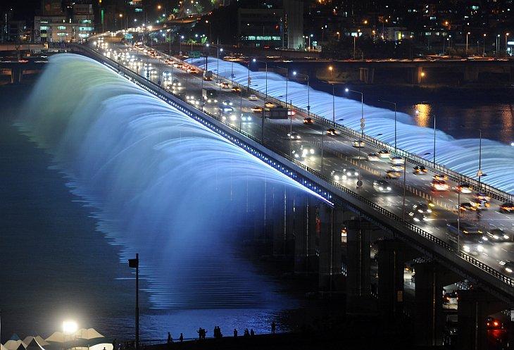 Лунная радуга— самый длинный в мире фонтан на мосту