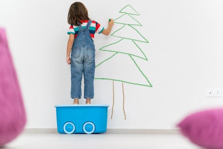 ребенок рисует на обоях что делать