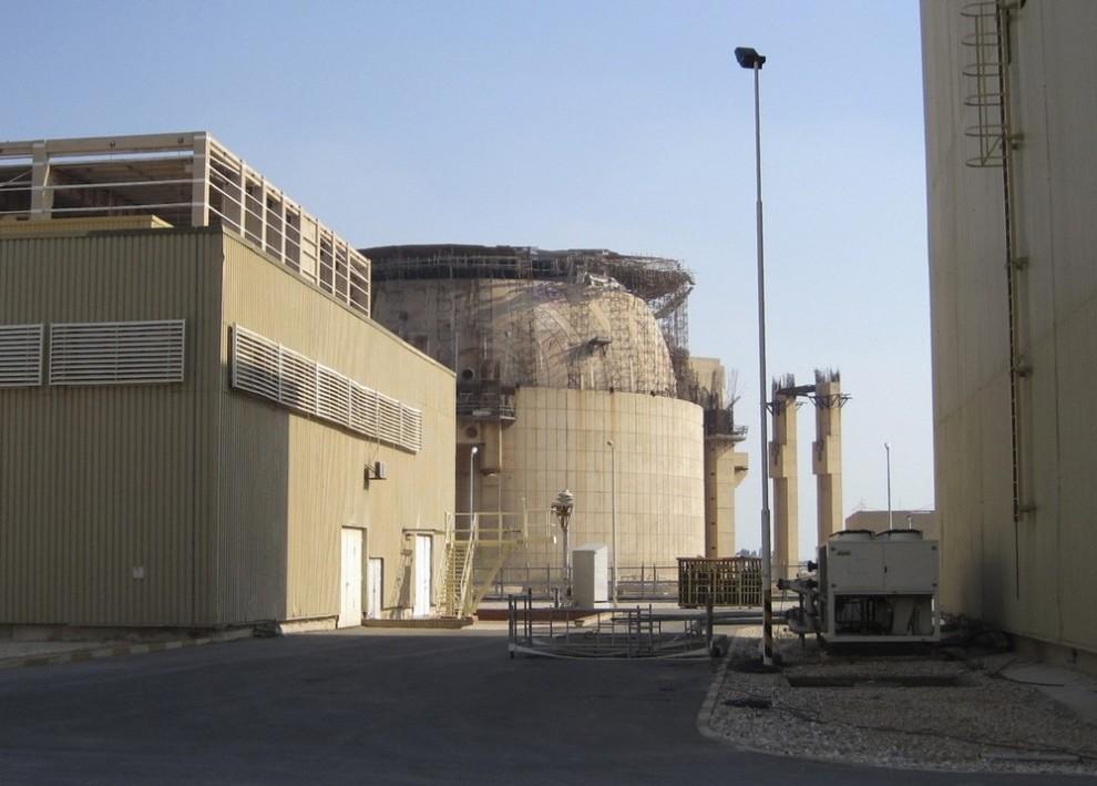 6) Общий вид на реконструируемую АЭС (в центре) в Бушире в 1215 км к югу от Тегерана 30 ноября 2009 года. Эта станция была уничтожена ракетным ударом во время Ирано-иракской войны (1980-1988). (REUTERS/Vladimir Soldatkin (IRAN POLITICS ENERGY))