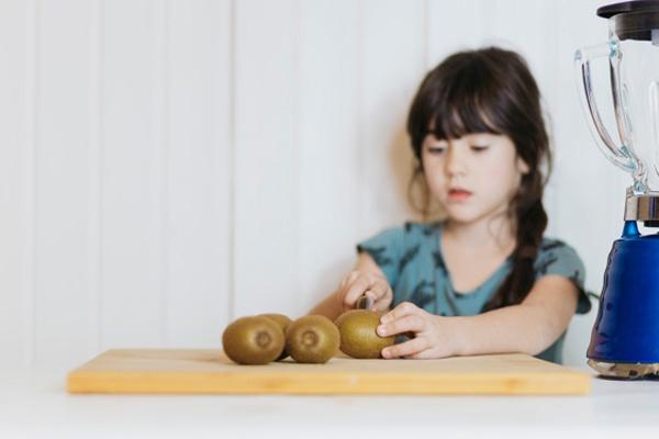 Как научить ребенка пользоваться кухонным ножом — простые рекомендации