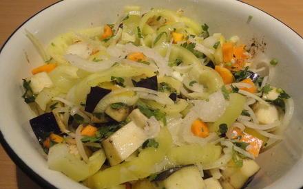 ...добавляем её и 2-3 зубчика чеснока к овощам, присаливаем, перемешиваем