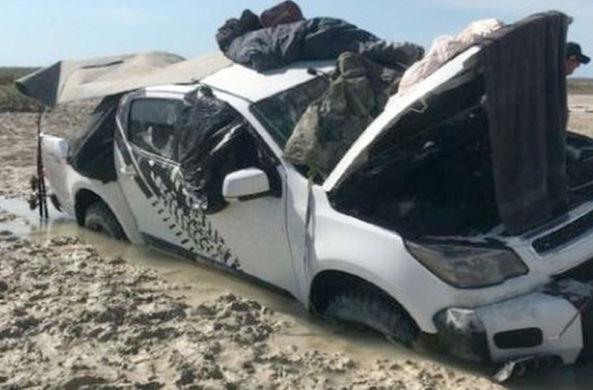Двое австралийцев пять дней спасались от крокодилов на крыше машины