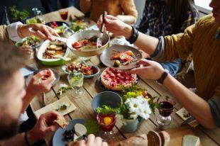 Картофель с огурцами и мясо в тесте. Семейный обед от Константина Ивлева