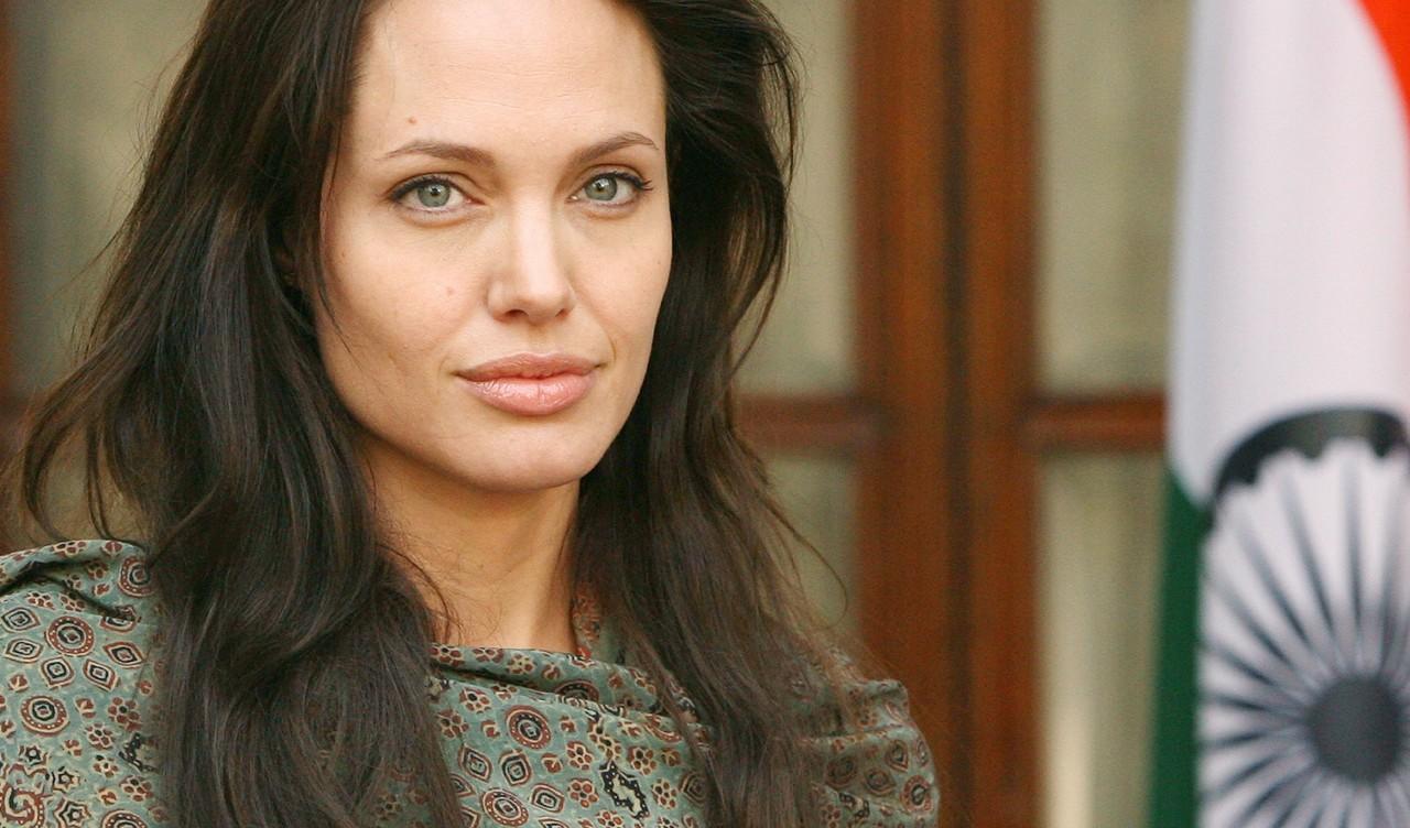 Анджелина Джоли оделась на красную дорожку Золотого Глобуса как уборщица