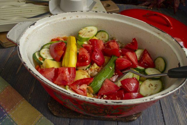Добавляем нарезанные томаты к остальным ингредиентам