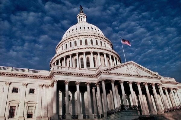Сенат США одобрил закон оновых санкциях против России: дело заТрампом