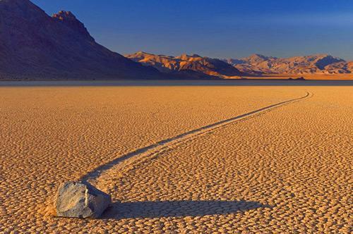 Этот геологический феномен был обнаружен на озере, которое высохло - Рейстрэк-Плайя, которое находится в Долине смерти (США). Исследователи, обнаружившие этот феномен, всего лишь пошли по следам на земле, которые привели их к порой огромным камням, находившимся на очень далеком расстоянии от первоначального.