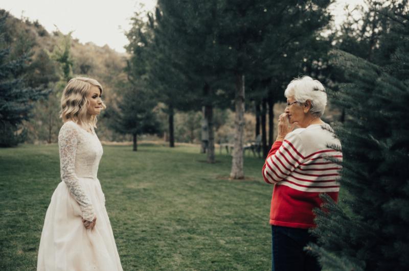 Растрогала до слез: внучка надела на свадьбу бабушкино платье, которому уже больше полувека