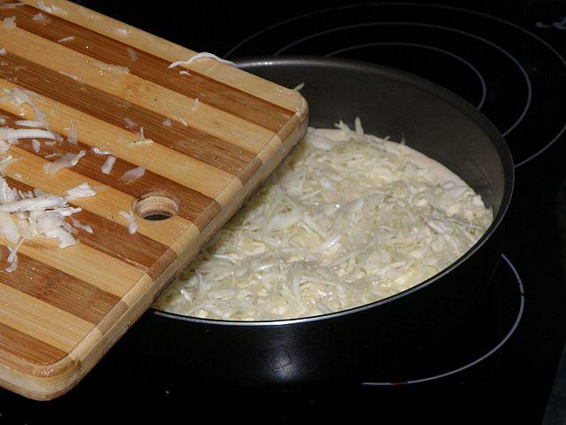 обжать руками. пошаговое фото этапа приготовления пирога с капустой