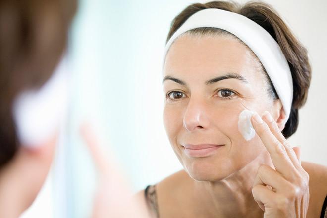 Как выглядеть моложе: секреты идеального макияжа для женщин 50+