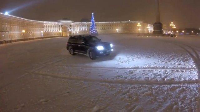 На сноубордах, лыжах и лошадях по центру Санкт-Петербурга