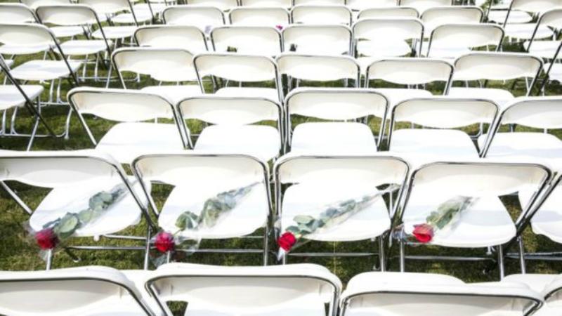 Молчаливый протест: 298 пустых стульев у российского посольства в Гааге в память о жертвах крушения малайзийского «Боинга»