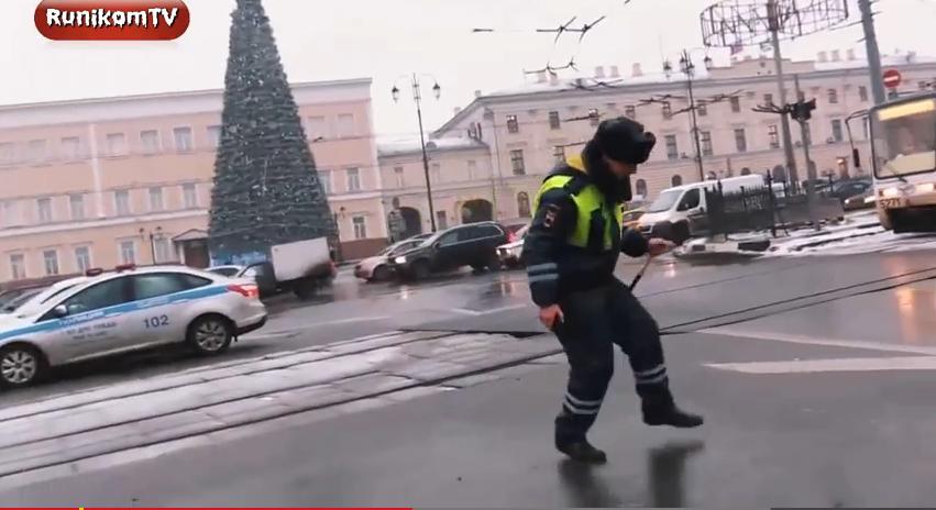 «Танцующий полицейский» в Москве оказался вирусным промо хора МВД