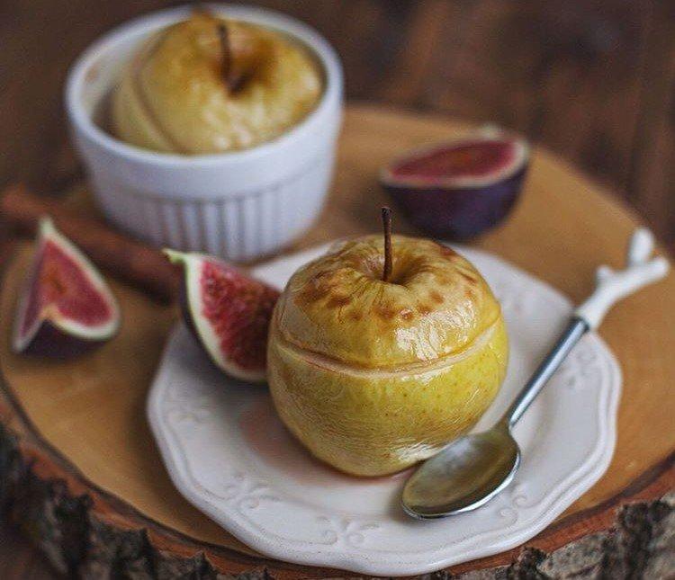 Осеннее лакомство: запеченные яблоки с инжиром, орехами и апельсиновой цедрой