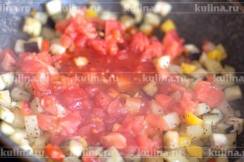Томат нарезать мелко и выложить к овощам.