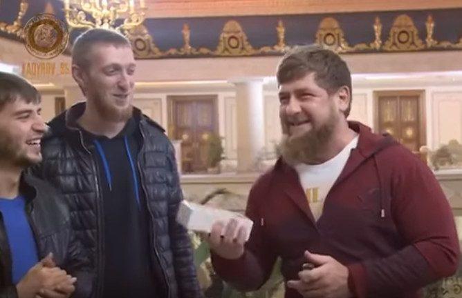 КВНщики Чечени подарили Кадырову iPhone X