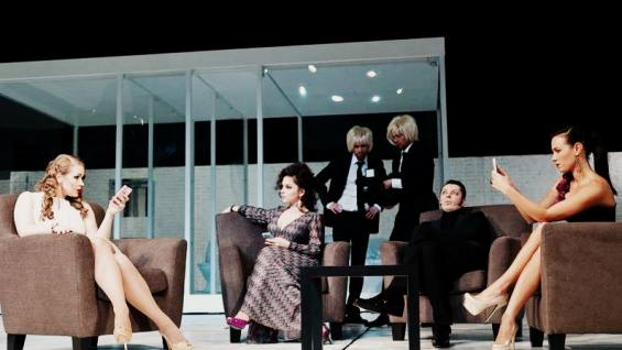 Неизвестные попытались сорвать спектакль в МХТ имени Чехова