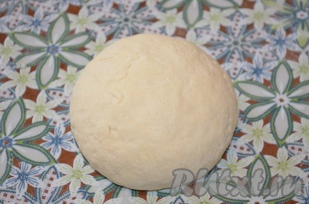 По консистенции тесто должно получиться мягкое, чуть липнущее к рукам.