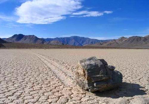 Живые камни в Долине Смерти Огромные валуны сами собой ползут по дну сухого озера в Калифорнии,  оставляя за собой следы, тянущиеся на десятки метров.