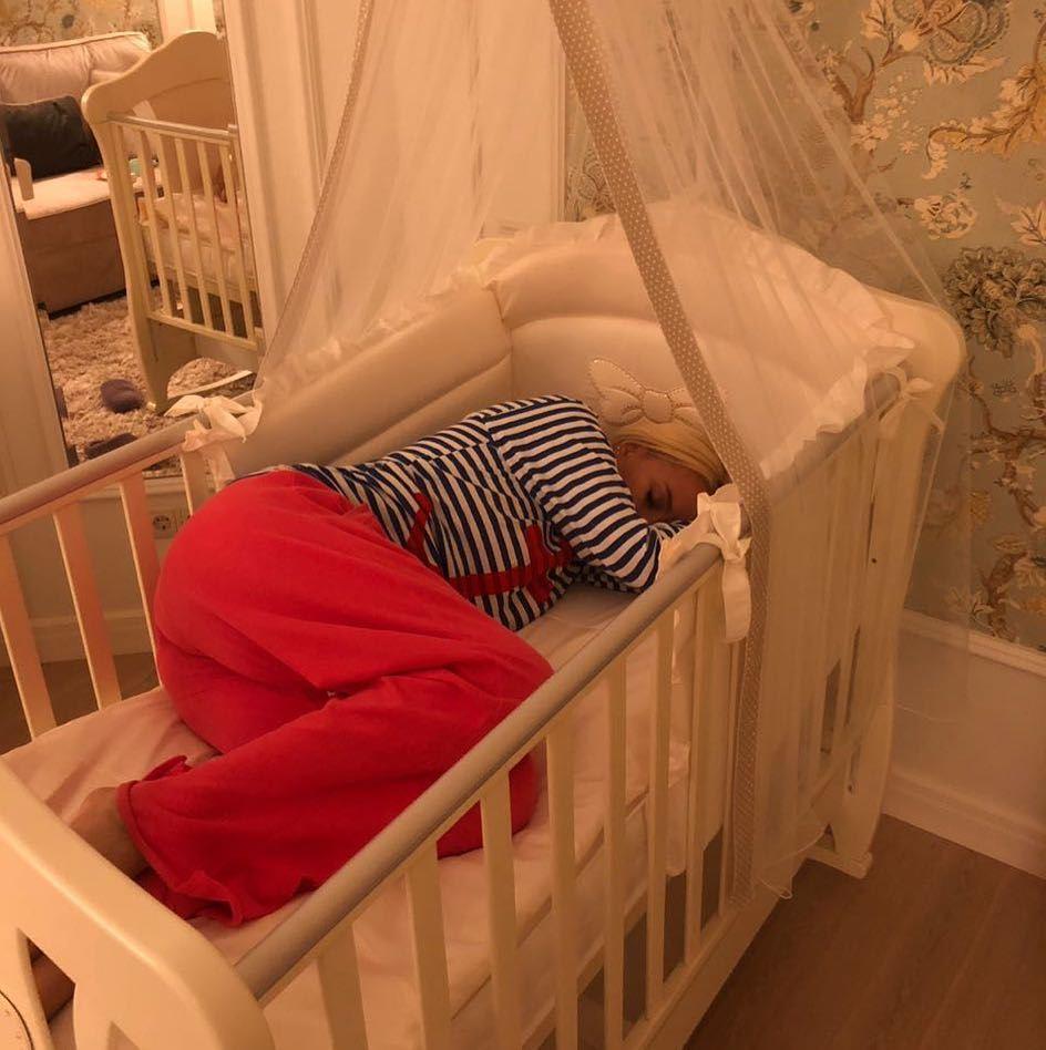 47-летняя Лера Кудрявцева поместилась в кроватке новорожденной дочери — фото