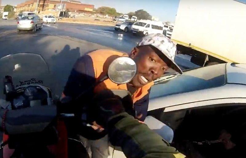Берегись мотоцикла! В Южной Африке храбрый байкер предотвратил ограбление