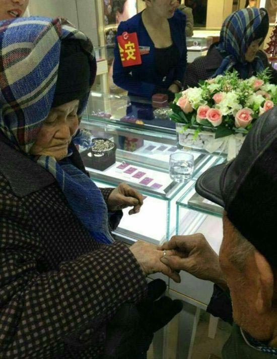 80-летний китайский дворник купил жене кольцо с бриллиантом