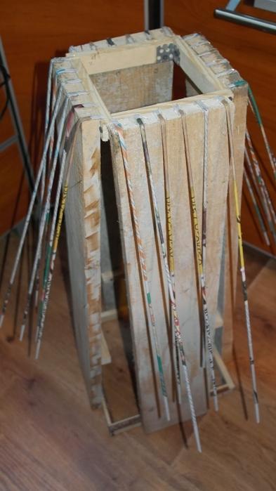 Плетение из газет. Высокое кашпо для комнатного фикуса (2) (393x700, 182Kb)