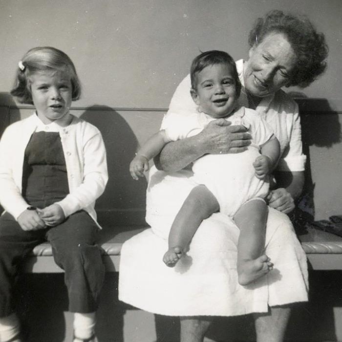 Мод Шоу держит на руках Джона-младшего. Керолайн сидит рядом.