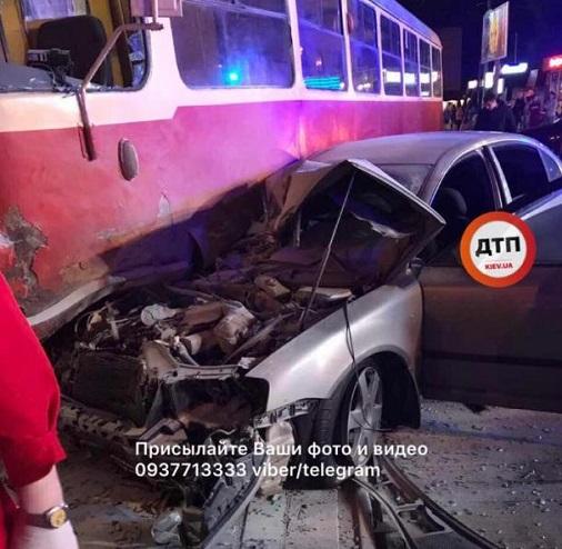 Хватавший Яценюка за промежность депутат, для сохранения симпатий электората протаранил трамвай
