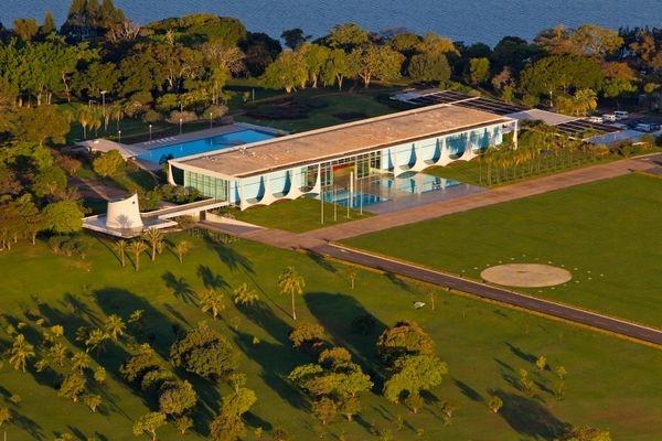 Неизвестный протаранил ворота резиденции президента Бразилии