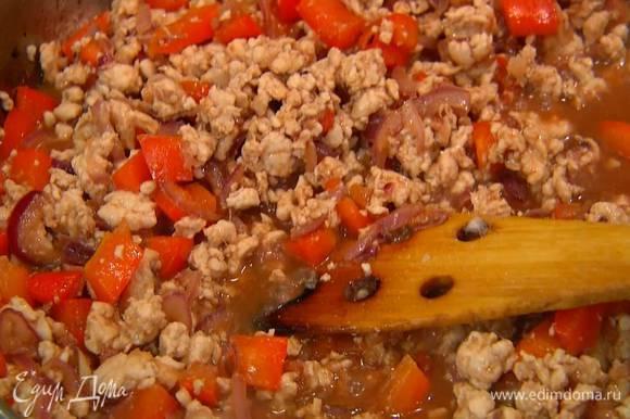 Добавить хойсин, рисовый уксус и рыбный соус, все перемешать и обжаривать почти до готовности, влить мед, еще немного прогреть и снять с огня.