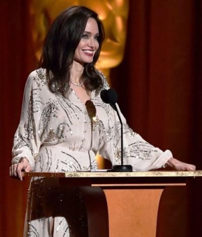 Шикарно выглядит — элегантные образы Анджелины Джоли в 2017 году