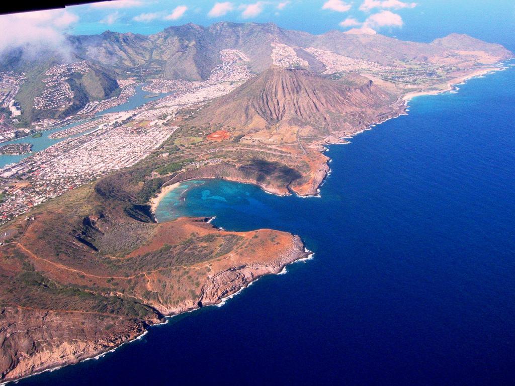 Пляж Ханаума Бэй, Гавайи- вид с высоты птичьего полета