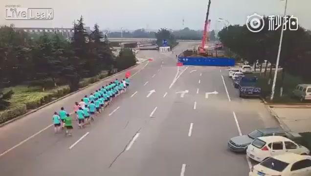 Женщина сбила толпу бегунов
