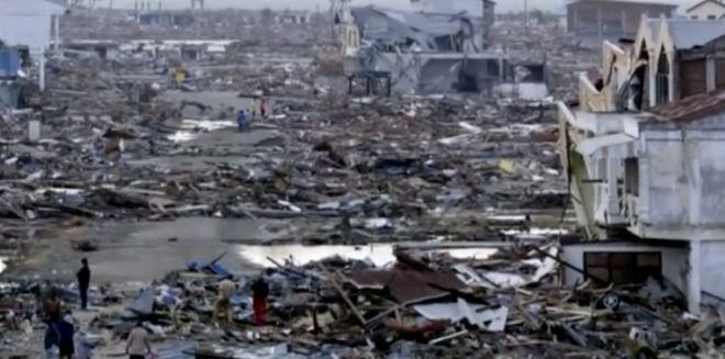 10 лет назад цунами унесло его дочь. Но однажды мужчина заметил знакомый взгляд, проходя мимо…