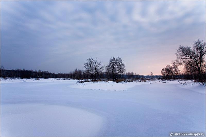 Далеко за городом зимним вечером