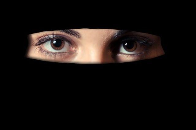 Власти Алжира официально запретили женщинам носить никаб на работе