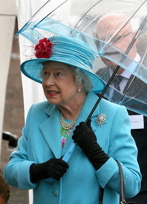 Королева выбирает зонты, сочетающиеся цветом с ее верхней одеждой.