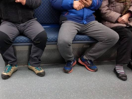 В Питере мужчин с раздвинутыми ногами обливали отбеливателем