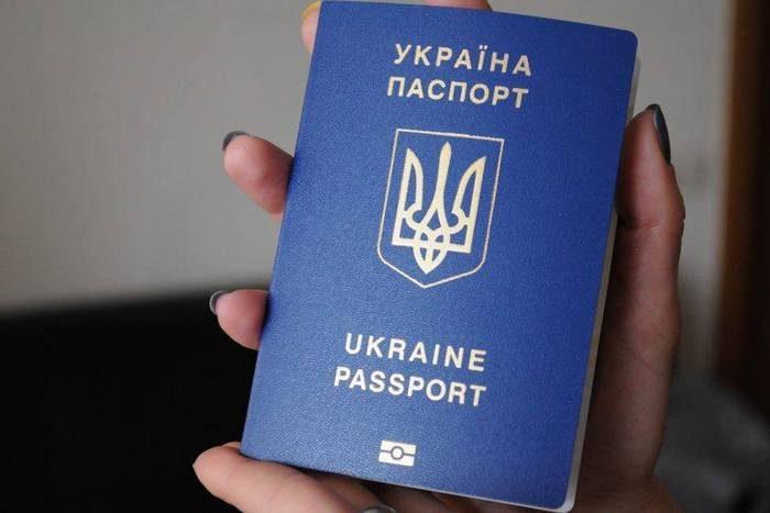 Паспорт с тризубом — это роскошь: Порошенко хочет затруднить получение украинского гражданства