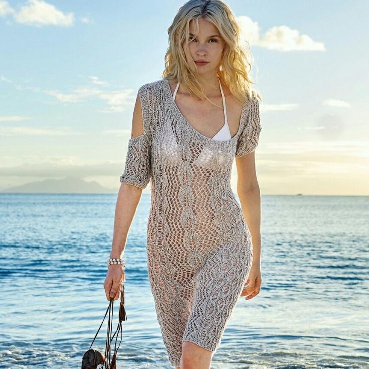 Пляжное вязаное платье спицами