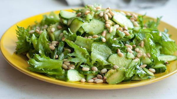 Салат из зеленого яблока и авокадо с кедровыми орешками от Александры Поповой